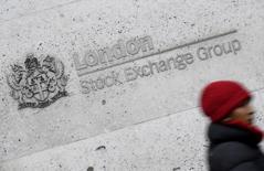 Здание Лондонской фондовой биржи. Акции Европы снизились во вторник из-за горнорудного и автомобильного секторов, в то время как рынки ждут выступления премьер-министра Великобритании Терезы Мэй, которая должна раскрыть детали позиции страны в отношении Brexit.  REUTERS/Toby Melville