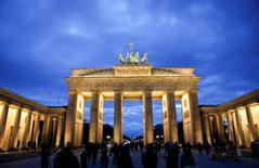 """El ánimo entre analistas e inversores alemanes mejoró ligeramente en enero, con crecientes expectativas de """"un salto de fe para 2017"""" después de un crecimiento mejor de lo esperado de la mayor economía europea en 2016, dijo el martes el instituto económico ZEW. En la imagen, la Puerta de Brandenburgo en Berlín, Alemania, el 22 de marzo de 2016.     REUTERS/Fabrizio Bensch/File Photo"""