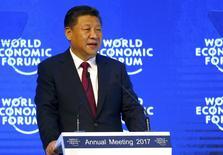 El presidente chino, Xi Jinping, asiste al Foro Económico Mundial en Davos, Suiza. 17 de enero 2017. El presidente de China, Xi Jinping, defenderá el martes la globalización frente a una creciente hostilidad pública en Occidente en un discurso en el Foro Económico Mundial (FEM) donde subrayará el rol global cada vez más importante de Pekín. REUTERS/Ruben Sprich