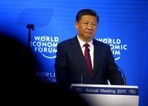 En la imagen,  Xi interviene en el Foro Económico Mundial en Davos, Suiza. 17 de enero de 2017.El Consejo de Estado chino, el gabinete ministerial del país, promulgó el martes nuevas medidas para aumentar la inversión extranjera en la segunda mayor economía del mundo, incluyendo la relajación de las restricciones que pesan sobre bancos y otras instituciones financieras. REUTERS/Ruben Sprich
