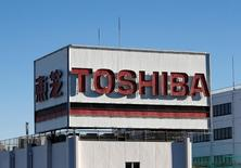 Toshiba Corp está considerando vender una participación minoritaria en su negocio principal de semiconductores a Western Digital Corp, dijo una fuente, en un intento por reducir el impacto de una posible amortización por miles de millones de dólares. En la imagen, el logo de Toshiba en una zona industrial de Kawasaki, Japón, el 16 de enero de 2017. REUTERS/Kim Kyung-Hoon