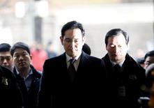 El líder de Samsung, Jay Y. Lee, llega a la audiencia en la corte para revisar su orden de arresto en Seúl, Corea del Sur. 18 de enero 2017. Un juez surcoreano interrogó al miércoles al líder de Samsung Group, Jay Y. Lee, a puertas cerradas para decidir si debería ser arrestado por su supuesto papel en un escándalo de corrupción que llevó al Parlamento a impugnar a la presidenta Park Geun-hye.  REUTERS/Kim Hong-Ji