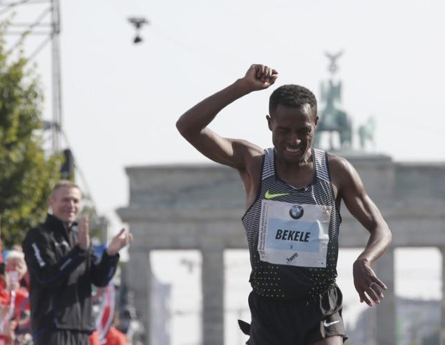 1月18日、陸上男子5000メートルと1万メートルの世界記録保持者ケネニサ・ベケレは、20日開催のドバイ・マラソンで世界記録を目指す。ベルリンで2016年9月撮影(2017年 ロイター/Fabrizio Bensch)