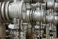 Трубы НПЗ австрийской нефтегазовой компании OMV в городе Швехат, Австрия. Цены на нефть вернули положительную динамику в ходе утренних торгов в четверг после выхода данных Американского института нефти (API) о превысившем прогнозы снижении запасов в США, в фокусе инвесторов – статистика Управления энергетической информации (EIA).   REUTERS/Heinz-Peter Bader/File Photo