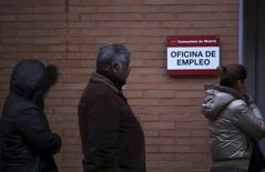 El paro estructural del mercado laboral español alcanza ya el 18 por ciento de la población activa, muy cerca de la tasa actual de desempleo, según una estimación de las agencias de colocación privadas, que alertan de la cronificación en el paro de un colectivo de alrededor de 3,2 millones de personas. En la imagen, personas en la entrada de una oficina de empleo en Madrid, 3 de enero de 2014.  REUTERS/Susana Vera/File Photo