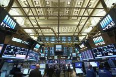 Wall Street évolue peu à l'ouverture jeudi, poursuivant sa pause à la veille de l'investiture de Donald Trump à la présidence américaine. Dans les premiers échanges, l'indice Dow Jones grappille 9,52 points, soit 0,05%. /Photo prise le 30 décembre 2016/REUTERS/Stephen Yang