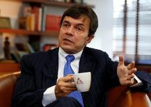 El gerente de la Federación Nacional de Cafeteros de Colombia, Roberto Vélez, en una entrevista con Reuters en Bogotá, ene 19, 2017. Colombia proyecta una producción de café de 14,5 millones de sacos de 60 kilos este año, la mejor en más de dos décadas, mientras se concentra en aumentar la productividad fomentando la fertilización, dijo el jueves el máximo dirigente del gremio de los cafeteros. REUTERS/Jaime Saldarriaga