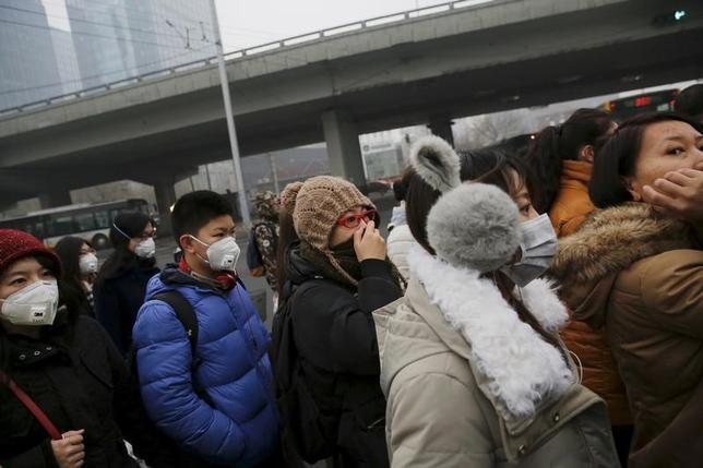 1月20日、中国国家統計局が発表した第4・四半期GDPは前年同期比6.8%増で、市場予想の6.7%増をやや上回った。前期比で成長率が加速したのは2年ぶり。政府歳出の増加と過去最高水準にある銀行融資が寄与した。写真は北京で2015年12月撮影(2017年 ロイター/Damir Sagolj)