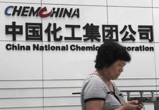ChemChina a annoncé vendredi avoir sollicité le feu vert du régulateur antitrust américain pour son projet de fusion de 40,4 milliards d'euros avec la société phytopharmaceutique et de semences suisse Syngenta. /Photo d'archives/REUTERS