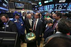 La Bourse de New York a fini dans le vert vendredi mais sous ses plus hauts du début de journée, le premier discours prononcé par Donald Trump après avoir prêté serment comme président des Etats-Unis ayant ravivé chez certains investisseurs la crainte d'une politique protectionniste mauvaise pour les affaires. L'indice Dow Jones, qui regroupe 30 des principales valeurs de la cote américaine, a gagné 94,85 points, soit 0,48%, à 19.827,25 après être monté jusqu'à 18.843,94. /Photo prise le 20 janvier 2017/REUTERS/Stephen Yang