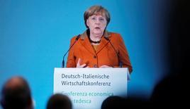 La canciller alemana, Angela Merkel, prometió el sábado buscar compromisos sobre temas como el comercio y el gasto militar con el presidente estadounidense, Donald Trump, y añadió que trabajaría para preservar la importante relación entre Europa y Estados Unidos. En la imagen, la canciller Angela Merkel pronuncia un discurso en la conferencia ítalo-germana en Berlín, Alemania, 18 de enero de 2017. REUTERS/Hannibal Hanschke