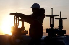 Imagen de archivo de un trabajador manipulando una válvula de un oleoducto en el yacimiento de Imilorskoye -propiedad de Lukoil- en el exterior de la ciudad siberiana de Kogalym, Rusia. 25 enero 2016. Rusia redujo su producción petrolera en cerca de 100.000 barriles por día (bpd) en enero como parte de un acuerdo global entre Moscú y la OPEP, dijo el ministro de Energía ruso, Alexander Novak, citado el sábado por la agencia de noticias TASS.REUTERS/Sergei Karpukhin