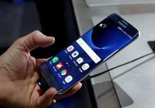 Смартфон Samsung S7 Edge Blue Coral на выставке в Лас-Вегасе. Samsung Electronics Co Ltd в понедельник предупредила о возможной задержке запуска своего последнего флагманского смартфона Galaxy S, пообещав повысить безопасность продукции компании после расследования причин возгорания премиальных устройств Galaxy Note 7.  REUTERS/Steve Marcus