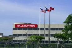 Здание Halliburton в Хьюстоне. Компания Halliburton Co, вторая крупнейшая в мире компания, оказывающая услуги в нефтегазовой отрасли, предупредила о слабости рынков за пределами Северной Америки, повторив предостережение конкурирующей Schlumberger на прошлой неделе.  REUTERS/Richard Carson/File Photo