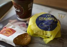 McDonald's a vu son chiffre d'affaires se contracter en octobre-décembre pour le 10e trimestre d'affilée, en dépit d'une baisse un peu moins forte qu'attendu de ses ventes à périmètre comparable aux Etats-Unis où sa formule de petit déjeuner à toute heure améliore la fréquentation de ses restaurants. /Photo d'archives/REUTERS/Mike Blake