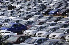 Автомобили у завода Derways в Черкесске 7 сентября 2011 года. Производство легковых автомобилей в РФ сократилось в 2016 году на 7,4 процента до 1,1 миллиона штук, сообщил в понедельник Росстат. REUTERS/Eduard Korniyenko