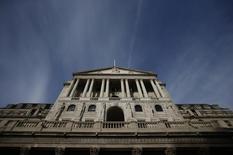 Vue de la Banque d'Angleterre à Londres. La Banque d'Angleterre (BoE) laissera ses taux d'intérêt inchangés et ne prendra pas de nouvelles mesures de stimulation monétaire jusqu'à au moins 2019, suggère une enquête Reuters publiée lundi. La BoE a laissé le mois dernier son taux d'intervention à un plus bas record de 0,25% et n'a rien changé à son programme d'achats obligataires. /Photo prise le 3 novembre 2016/REUTERS/Peter Nicholls