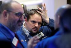 Трейдеры на фондовой бирже в Нью-Йорке. 23 января 2017 года. Фондовые рынки США снижаются на торгах понедельника, поскольку инвесторы по всему миру устремились в безопасные активы, такие как золото и американские гособлигации, в ответ на протекционистский тон президента Дональда Трампа. REUTERS/Brendan McDermid
