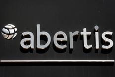 La Caisse des dépôts (CDC) a annoncé lundi avoir conclu un accord pour céder ses 15% dans l'opérateur autoroutier Sanef à l'espagnol Abertis et d'autres actionnaires, pour un montant de 700 millions d'euros. /Photo d'archives/REUTERS/Sergio Perez