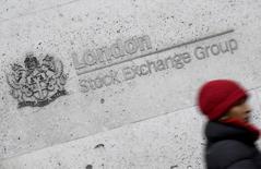 La temporada europea de resultados tuvo el martes un comienzo accidentado con advertencias de beneficios de BT Group y Aryzta que hicieron caer sus acciones, unos descensos que se vieron parcialmente compensados por los avances en el sector financiero italiano y valores mineros.En la imagen, una mujer pasa ante el edificio de la Bolsa de Londres, el 16 de febrero de 2017. REUTERS/Toby Melville