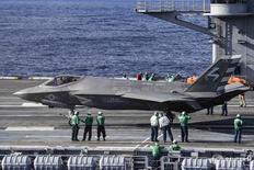 """Истребитель F-35C Lightning II на авианосце """"Эйзенхауэр"""" ВМС США в Атлантическом океане 4 октября 2015 года. Компания Lockheed Martin Corp, чью программу производства истребителей F-35 президент США Дональд Трамп раскритиковал как слишком дорогую, отчиталась об увеличении квартальных продаж на 19,4 процента благодаря росту выручки подразделений, осуществляющих выпуск F-35 и вертолетов Sikorsky. REUTERS/U.S. Navy/Mass Communication Specialist 3rd Class Jameson E. Lynch/Handout via Reuters"""