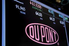Логотип Dupont на Нью-Йоркской фондовой бирже. Производитель химической продукции, в том числе для сельского хозяйства, DuPont во вторник указал на то, что его $130-миллиардное слияние с Dow Chemical Co завершится позже, чем ожидалось, поскольку регуляторы все еще не одобрили сделку.   REUTERS/Lucas Jackson/File Photo