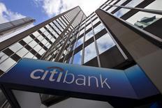 La casa matriz de Citibank en Nueva York, mayo 20, 2015. Citigroup tomará una decisión sobre sus planes de contingencia frente al Brexit en el primer semestre del año y elegirá entre un grupo de países de la Unión Europea el destino para reubicar algunos negocios de su banca de inversión, dijo el martes el jefe regional del banco estadounidense.    REUTERS/Mike Segar/Files
