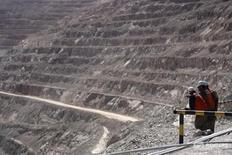 """Imagen de archivo de un grupo de mineros en la mina de cobre Escondida, cerca de Antofagasta, en el norte de Chile.  31 marzo 2008. El sindicato de trabajadores de Escondida, la mayor mina de cobre del mundo, calificó el martes de """"absurda"""" la última oferta de contrato de la compañía, mientras sus afiliados se preparan para votar desde el viernes si aceptan la propuesta o abren el camino a una huelga. REUTERS/Iván Alvarado"""