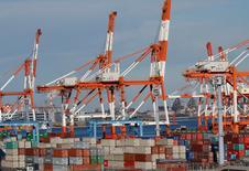 En la foto, contenedores en el puerto de Yokohama el 16 de enero de 2017. Las exportaciones anuales de Japón aumentaron por primera vez en 15 meses en diciembre, lideradas por los embarques de partes de automóviles y electrónicos, lo que subraya un repunte de la demanda global y brinda impulso a la recuperación de una economía dependiente de sus envíos al exterior. REUTERS/Kim Kyung-Hoon