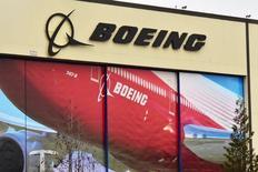 Логотип Boeing над входом на фабрику компании в Эверетте.  Крупнейший в мире авиапроизводитель Boeing Co сообщил в среду, что рассчитывает поставить от 760 до 765 коммерческих самолётов в 2017 году по сравнению с 748, которые были поставлены в 2016 году. REUTERS/Alwyn Scott