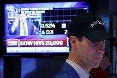 Трейдер на Уолл-стрит. Индекс Dow Jones в среду впервые преодолел отметку в 20.000 пунктов, возобновив ралли, начавшееся после неожиданной победы Дональда Трампа на президентских выборах.  REUTERS/Brendan McDermid