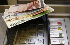 Unos euros sobre el teclado de un cajero automático en Berlín, ene 15, 2011. Los reguladores alemanes se reunirán con más de 20 banqueros extranjeros el lunes para explicarles los requisitos para el traslado de parte de sus operaciones a Fráncfort, dijeron fuentes conocedoras del asunto, mientras la ciudad acelera sus planes para atraer negocios desde Londres tras el Brexit.     REUTERS/Fabrizio Bensch