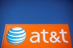 AT&T, numéro deux de la téléphonie mobile aux Etats-Unis, a fait état mercredi d'un chiffre d'affaires trimestriel inférieur aux attentes dans un contexte de concurrence féroce. /Photo prise le 24 octobre 2016/REUTERS/Jim Young