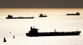 Нефтяные танкеры у побережья Марселя. 27 октября 2010 года. Цены на нефть растут в четверг благодаря слабеющему доллару, однако подъём ограничен из-за большого объёма поставок и запасов, несмотря на усилия членов ОПЕК и стран вне картеля снизить объёмы добычи для поддержания рынка. REUTERS/Jean-Paul Pelissier/File Photo