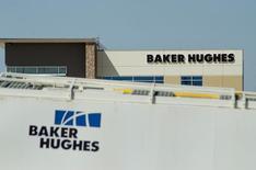 Нефтяное оборудование во дворе Baker Hughes в Виллистоне.  Нефтесервисная компания Baker Hughes, которая находится в процессе слияния с нефтегазовым подразделением General Electric Co, отчиталась о меньшем, чем ожидалось, квартальном убытке по сравнению с годом ранее, когда компания отразила в балансе списания в размере $1,25 из-за обесценивания активов.   REUTERS/Andrew Cullen/File Photo