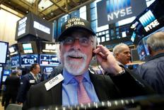 A trader works on the floor of the New York Stock Exchange (NYSE) as the Dow Jones El promedio industrial Dow Jones abrió el jueves con un máximo histórico en Wall Street, un día después de superar la marca de los 20.000 puntos, con el interés de los inversores centrado en los resultados corporativos. En la imagen, un operador en la Bolsa de Nueva York el 25 de enero de 2017. REUTERS/Brendan McDermid