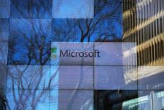 Microsoft a annoncé un bénéfice trimestriel en hausse de 3,6%, porté par une forte demande pour Azure, sa plate-forme de stockage de données. L'action du groupe informatique progressait de 0,5% à 64,60 dollars dans les transactions électroniques à Wall Street après une clôture en hausse de 0,93% à 64,27 dollars. /Photo prise le 25 janvier 2017/REUTERS/Brian Snyder