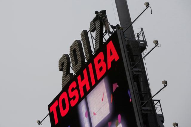 Workers prepare the new year's eve numerals above a Toshiba sign in Times Square in Manhattan, New York City, U.S., December 26, 2016.  REUTERS/Andrew Kelly/File Photo