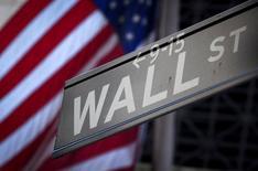 Un cartek de Wall Street fuera de la Bolsa de Nueva York. 28 de octubre 2013. Los sólidos resultados trimestrales de las firmas tecnológicas impulsaban el viernes al Nasdaq tras la apertura de Wall Street, mientras que el índice S&P 500 y el promedio industrial Dow Jones operaban con pocos cambios.REUTERS/Carlo Allegri/File Photo