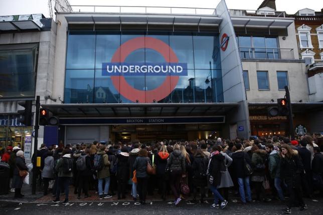 1月27日、ロンドンの地下鉄職員が人員数の問題を巡って新たなストを計画する中、利用者らは2─3月にさらに大きな交通混乱に直面する恐れがある。写真はロンドンのブリクストン駅、10日撮影(2017年 ロイター/Stefan Wermuth)
