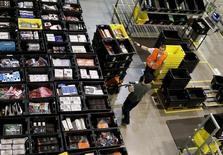 Empleados trabajan al interior de una tienda de Amazon en Madrid, España.  Foto de archivo. REUTERS/Andrea Comas