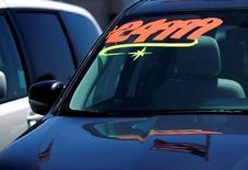 Un vehículo a la venta en una concesionaria en Carlsbad, EEUU, mayo 2, 2016. El gasto del consumidor en Estados Unidos subió con fuerza en diciembre por la compra de vehículos motorizados y porque el clima frío impulsó la demanda de servicios públicos, en medio de un alza de salarios, lo que apunta a una demanda interna sostenida que podría animar el crecimiento a comienzos de 2017.   REUTERS/Mike Blake