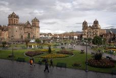 Imagen de archivo de la plaza principal de Cuzco. 31 de marzo de 2010. Perú postergó la construcción de un nuevo aeropuerto de unos 500 millones de dólares en la región andina del Cusco, luego de que el Congreso pidió investigar unas cuestionadas modificaciones al contrato original, dijo el lunes el Gobierno. REUTERS/Mariana Bazo