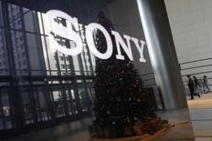 Sony Corp ajustará a la baja el valor de su negocio cinematográfico en casi 112.100 millones de yenes (976 millones de dólares) en el tercer trimestre, debido a los flojos beneficios de sus películas porque los servicios de streaming por internet están mermando la demanda de DVD.Imagen de archivo del logo de Sony Corp y un árbol de Navidad reflejados en una televisión de alta definición en la sede del grupo en Tokio, el 18 de noviembre de 2014. REUTERS/Toru Hanai