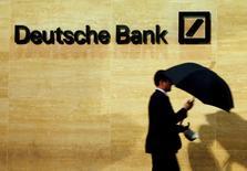 Deutsche Bank ha llegado a un acuerdo para pagar 630 millones de dólares (unos 588 millones de euros) en multas a los reguladores estadounidenses y británicos por no evitar transacciones sospechosas de lavado de dinero procedente de Rusia por alrededor de 10.000 millones de dólares. En esta imagen de archivo, un hombre pasa por delante de unas oficinas de Deutsche Bank en Londres, 5 de diciembre de 2013. REUTERS/Luke MacGregor/File Photo