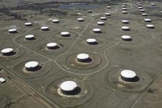 La foto de archivo muestra una vista aérea de tanques que almacenan crudo en el centro petrolero de Cushing, en Oklahoma, EEUU. Los mercados de energía han empezado a ajustarse, lo que llevó a analistas de la industria a elevar sus estimaciones de precios en 2017, aunque ven con cautela la posibilidad de un aumento en la producción de hidrocarburos de esquisto en Estados Unidos que limitaría los avances tras el acuerdo de la OPEP para reducir la oferta. REUTERS/Nick Oxford/File Photo