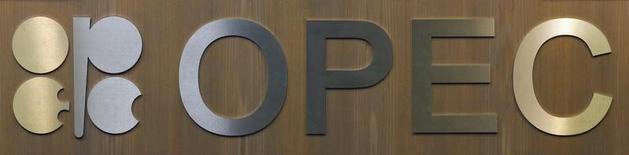 El logo de la Organización de Países Exportadores de Petróleo en su sede en Viena, dic 10, 2016. La producción de petróleo de la OPEP caería más de 1 millón de barriles por día (bpd) este mes, según un sondeo de Reuters divulgado el martes, lo que apunta a un comienzo sólido en la implementación del primer acuerdo en ocho años del grupo exportador para reducir los suministros.  REUTERS/Heinz-Peter Bader