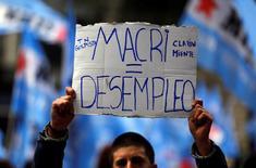 Un hombre sostiene un cartel durante una protesta en contra de los despidos, Buenos Aires, Argentina, 2 de junio de 2016. REUTERS/Marcos Brindicci - RTX2FEJR