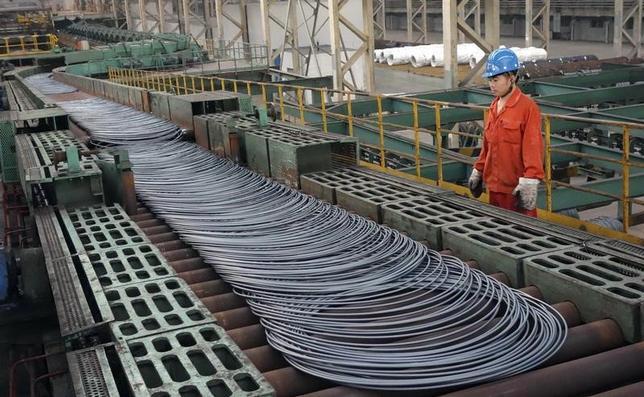 2月1日、中国国家統計局が発表した1月の製造業購買担当者景気指数(PMI)は51.3と、前月の51.4から低下した。ただ、ロイターがまとめた市場予想の51.2を上回ったうえ、景気拡大・悪化の境目となる50を6カ月連続で上回った。写真は遼寧省大連市のスチールコイル生産工場で、2013年9月撮影。チャイナ・デイリー提供写真(2017年 ロイター)