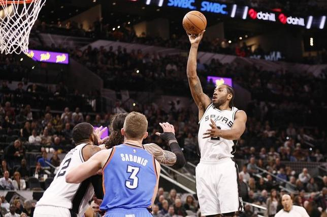 1月31日、米プロバスケットボール協会(NBA)は31日、各地で試合を行い、西カンファレンス2位のスパーズはサンダーに108─94で勝利を収めた(2017年 ロイター/Soobum Im-USA TODAY Sports)